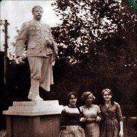 У памятника Серго Орджоникидзе. 1963 год :: Нина Корешкова