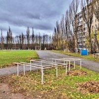 осень.школьный стадион.опавшие листья... :: юрий иванов