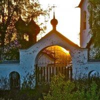солнце за воротами :: Елена