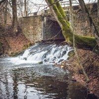 Мост с водопадом в Прусской глубинке :: Игорь Вишняков