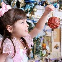 Может и этот шарик повесим на ёлку?! :: Tanyana Zholobova