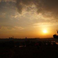Вид издалека на пробуждающийся город :: Оля Сухинина