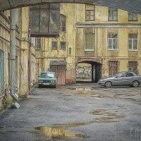 Старый городской двор :: Лариса Соколова