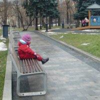 Девочка на скамейке :: Tatiana Tutatchikova