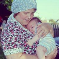 Нежные бабушкины  объятия... :: Ирина Жеребятьева