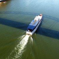 карабль-стрела в излучине тени моста :: Александр Прокудин