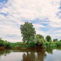 На берегу реки :: Юрий Бичеров