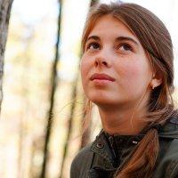 Портрет девушки в осеннем лесу :: Андрей Майоров