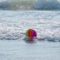 ...уронила в море мячик... :: ирина