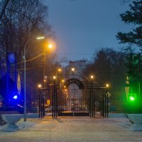 У входа в парк :: Виталий