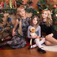 счастливая мамочка с любимыми дочками * :: Райская птица Бородина