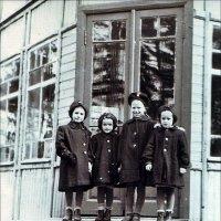 На крылечке. 1954 год :: Нина Корешкова