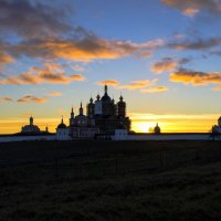 Свенский монастырь в лучах заходящего Солнца :: Евгений Дубовцев