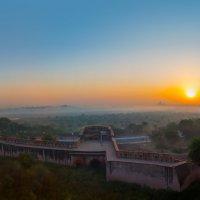 Индия.Вид на Тадж-Махал со стен Красного форта (резиденции Падишаха) .Утро :: юрий макаров
