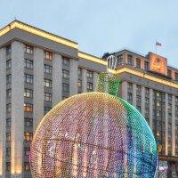 Гигантский ёлочный шар на Манежной. :: Ольга