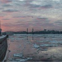 Рассвет на Октябрьской набережной :: Борис Борисенко