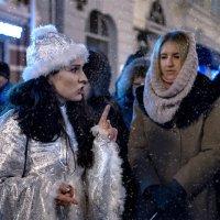 В ночь перед Рождеством девушки гадают, колечко в пшено они опускают... :: Ирина Данилова