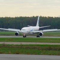 Аэробус 330 освобождает полосу после посадки. :: Alexey YakovLev