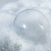 Мыльный пузырь на снегу :: Вера Бережная