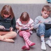 Современные дети, встретились в доме отдыха. :: Андрей Синявин