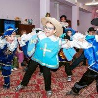 "Добрые моменты Нового года:)   Танец мушкетеров ""Мы - команда!"" :: Дарья Казбанова"