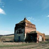 Заброшенная сельская церковь :: Диана Бурлаченко