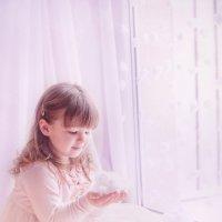 она любила снег держать в ладошках... :: Мария Монастырная