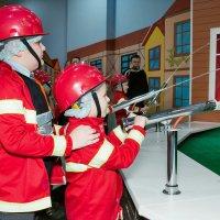 Наши в Кидбурге (детском городе мастеров). Пожарники... :: Дарья Казбанова