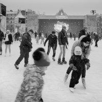 Каток на Площади Революции. :: Алексей Окунеев