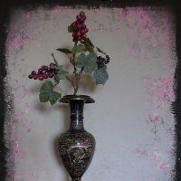 Виноградная лоза в индийской вазе :: Nina Yudicheva