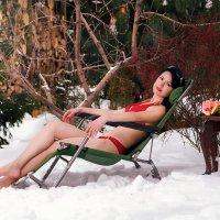 Девушка в купальнике на снегу :: Юрий Короновский