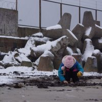 Дочурка занята собиранием солнечного камня. :: Максим Воробьев