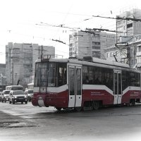 Трамвай на городской улице :: Игорь Ломакин