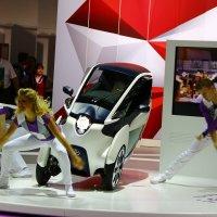 Танцы на автосалоне. :: Валерий Гудков
