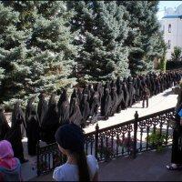После службы монахи идут в трапезную :: Татьяна Пальчикова