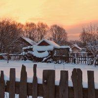 Деревенька, рассвет за забором :: Николай Белавин
