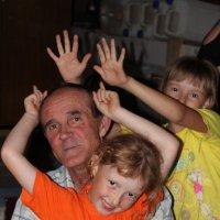 Дедушка с внучками :: Виктория Титова