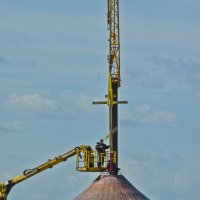 Установка Креста на купол храма Алексея Мечёва. :: Юрий