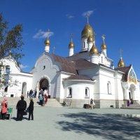Во дворе храма :: Евгений Алябьев