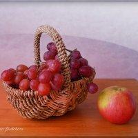 Корзинка с виноградом и яблоко :: Nina Yudicheva