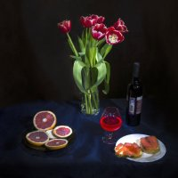 Первые тюльпаны зимой :: Дубовцев Евгений