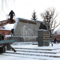 Уборка памятника перед праздником :: Tanyana Zholobova