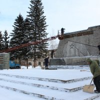 Уборка памятника перед праздником :: Tatyana Zholobova