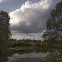 Кучевое облако на рекой :: Владимир Макаров