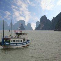 Бухта Халонг,Вьетнам :: Владимир Леликов
