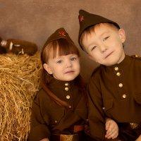 Когда  есть старший брат - самый главный и самый любимый Защитник! :: Дарья Руденко