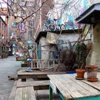 Нескучный дворик (серия) Велосипеды на крыше, картина на стене сарая :: Nina Yudicheva