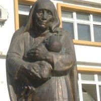 Мать Тереза у здания больницы :: Марина Домосилецкая
