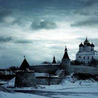 Белокаменным витязем дремлет утопающий в сумерках Псков... :: Fededuard Винтанюк