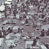 Ялтинский пляж. Когда там зонтов и в помине не было... 1972 год :: Нина Корешкова